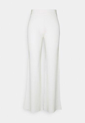 NA-KD X ZALANDO EXCLUSIVE RIBBED PANTS - Spodnie materiałowe - offwhite