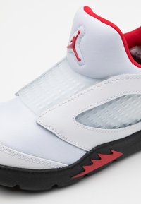 Jordan - 5 RETRO LITTLE FLEX - Basketbalschoenen - white/university red/black - 5