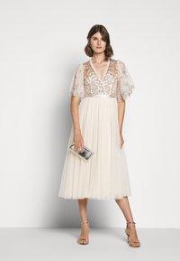 Needle & Thread - PATCHWORK BODICE BALLERINA DRESS - Vestido de cóctel - champagne/gold - 1