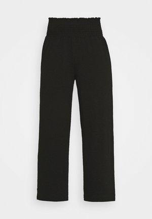 PCCURLI CROPPED PANTS - Trousers - black
