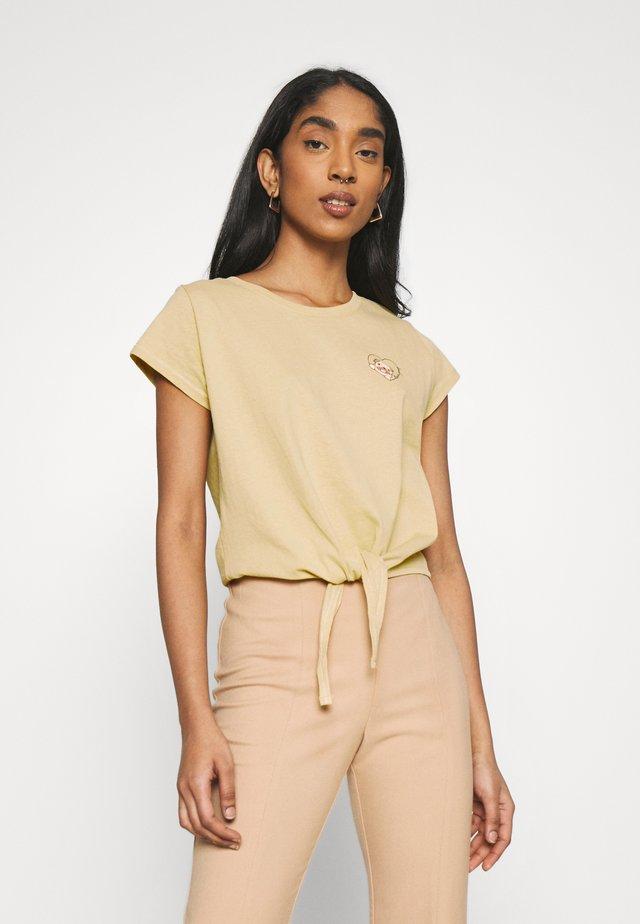 TIE FRONT GRAPHIC TEE - T-shirt z nadrukiem - golden sun