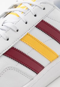 adidas Originals - TEAM COURT - Baskets basses - footwear white/collegiate burgundy/glow - 5