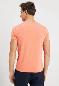 GANT - THE ORIGINAL SLIM V NECK - T-shirt - bas - coral orange - 2