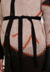 MAMALICIOUS - MLYOSELYN CARDIGAN - Chaqueta de punto - black/gingerbread/sphink - 5
