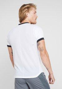 ASICS - CLUB - T-shirt med print - brilliant white - 2
