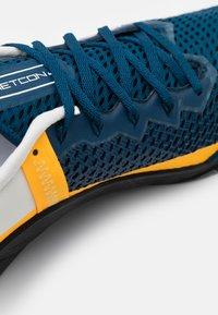 Nike Performance - METCON 6 UNISEX - Træningssko - valerian blue/summit white/laser orange - 5