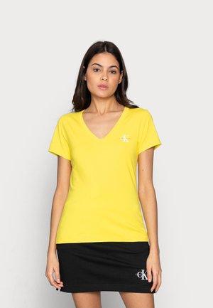 MONOGRAM SLIM V-NECK TEE - T-shirts - yellow