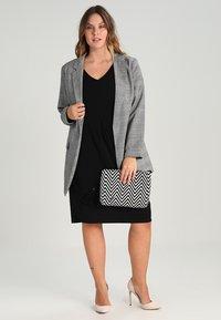 Zalando Essentials Curvy - Robe en jersey - black - 1