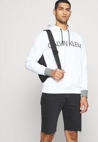 Calvin Klein - LOGO PRINT HOODIE - Felpa con cappuccio - white - 4