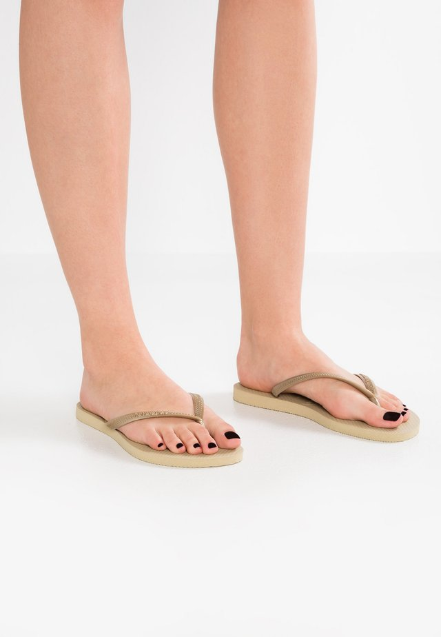 SLIM FIT - Chanclas de dedo - sand grey/light gold