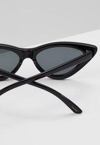 Pilgrim - SUNGLASSES JOSELINE - Gafas de sol - black - 2