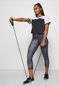 New Balance - PRINTED ACCELERATE CAPRI - 3/4 sports trousers - black - 4