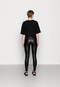 Even&Odd - Wet Look Leggings - Legginsy - black - 3