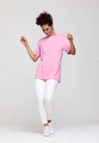 ROCKUPY - Print T-shirt - pink - 1