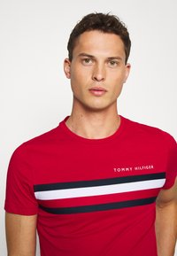 Tommy Hilfiger - GLOBAL STRIPE TEE - T-shirt z nadrukiem - red - 3