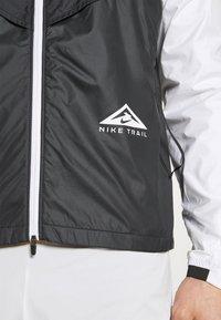 Nike Performance - TRAIL WINDRUNNER  - Hardloopjack - black/smoke grey/white - 4