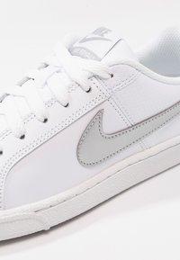 Nike Sportswear - COURT ROYALE - Baskets basses - weiß - 5
