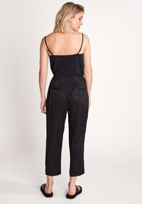 comma - MIT PAISLEYMUSTER - Trousers - black - 2