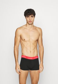 Calvin Klein Underwear - STRETCH LOW RISE TRUNK 3 PACK - Pants - black/red - 2