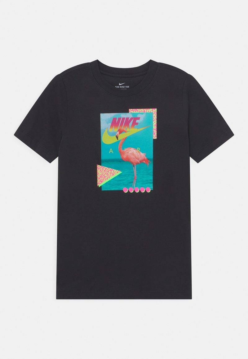 Nike Sportswear - BEACH FLAMINGO PHOTO  - T-shirt z nadrukiem - black