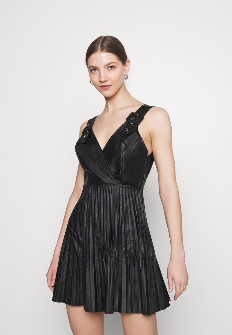 WAL G. - NAIROBI PLEATED DRESS - Vestido de cóctel - black