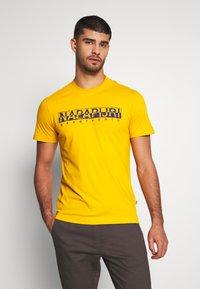 Napapijri - SOLANOS - T-shirt med print - mango yellow - 0