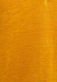 Scotch & Soda - CLASSIC TEE WITH V NECKLINE - Basic T-shirt - marigold - 2