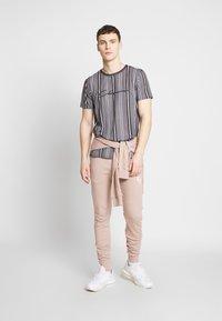 CLOSURE London - STRIPE HERRINGBONE TEE - T-shirt con stampa - grey - 1