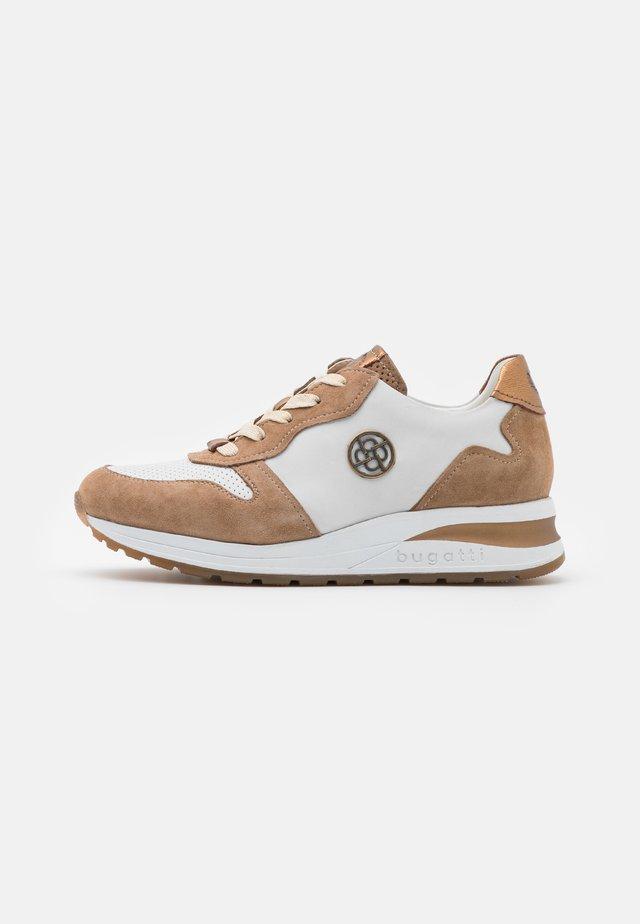 VENICE - Sneakers basse - cognac/white