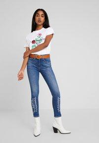 Levi's® - GRAPHIC VARSITY TEE - Print T-shirt - white - 1