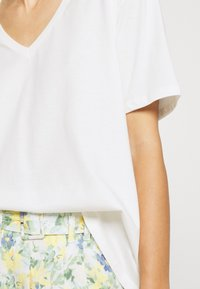 Lounge Nine - HERMIONE V NECK - T-shirts - snow white - 5