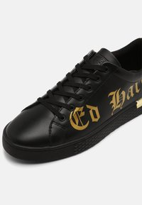 Ed Hardy - SCRIPT TOP - Trainers - black/gold - 4