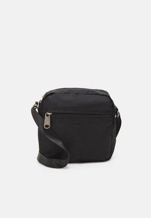 MINI SHOULDER BAG - Taška spříčným popruhem - black
