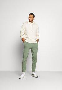 Nike Sportswear - MODERN  - Träningsbyxor - spiral sage - 1