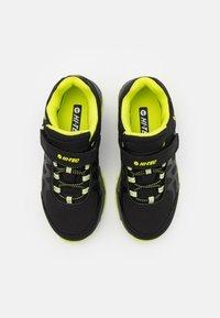 Hi-Tec - YOMP WP JR UNISEX - Trekingové boty - black/lime green - 3