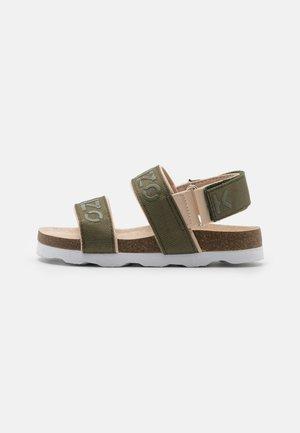 GARÇON - Sandaalit nilkkaremmillä - kaki
