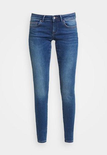 ONLCORAL - Skinny-Farkut - medium blue denim