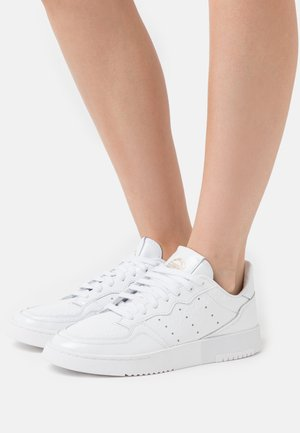 SUPER COURT - Zapatillas - footwear white/gold metallic