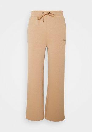MINI WIDELEG JOGGER - Teplákové kalhoty - soft camel
