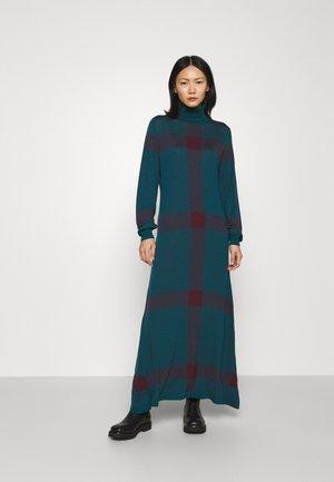 SUPERFINE CHECKED DRESS - Strickkleid - emerald/raisin