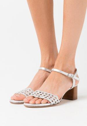 GITA - Sandaalit nilkkaremmillä - silver