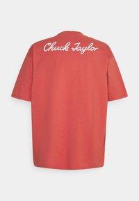 Converse - CHUCK TAYLOR PATCH SHORT SLEEVE TEE UNISEX - Print T-shirt - terracotta pink - 1