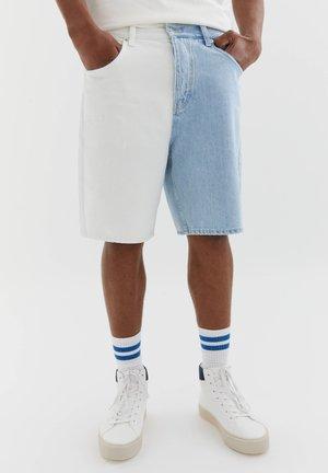 MIT COLOUR-BLOCK - Short en jean - white
