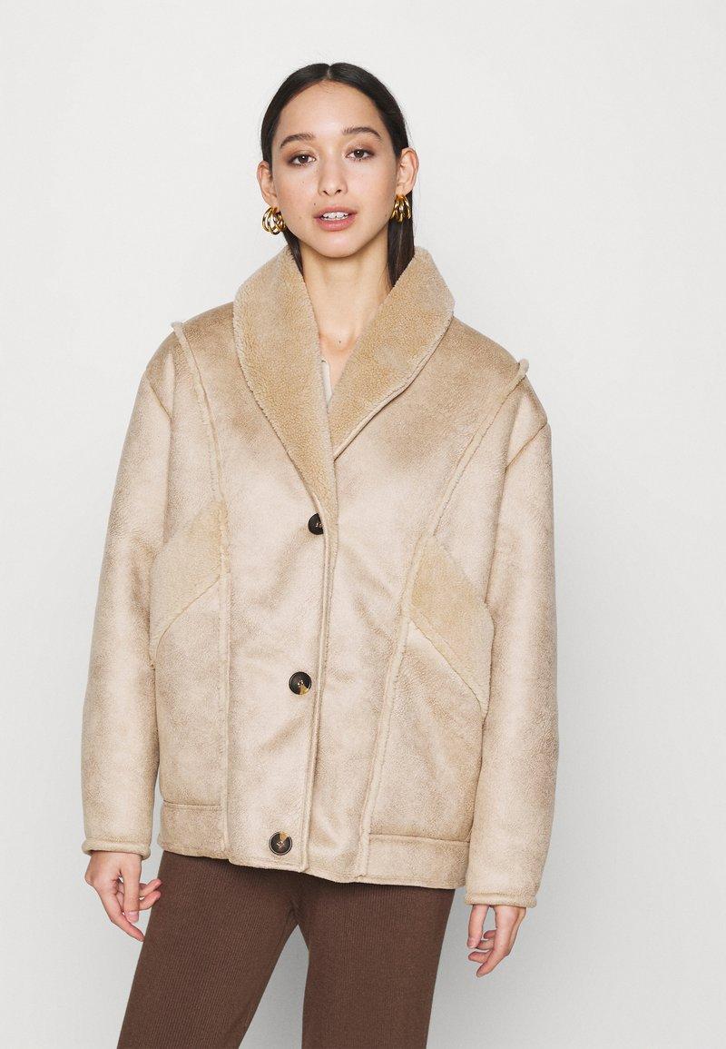 NA-KD - STEPHANIE DURANT SLANTED POCKET - Light jacket - beige