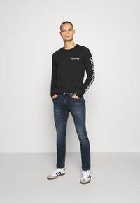 Calvin Klein Jeans - ESSENTIAL INSTIT TEE UNISEX - Long sleeved top - black - 1