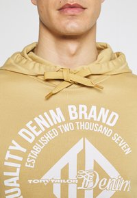 TOM TAILOR DENIM - HOODY WITH PRINT - Sweatshirt - lark beige - 4