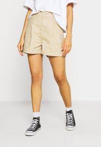 Levi's® - PLEATED UTILITY - Shorts - crisp - 0