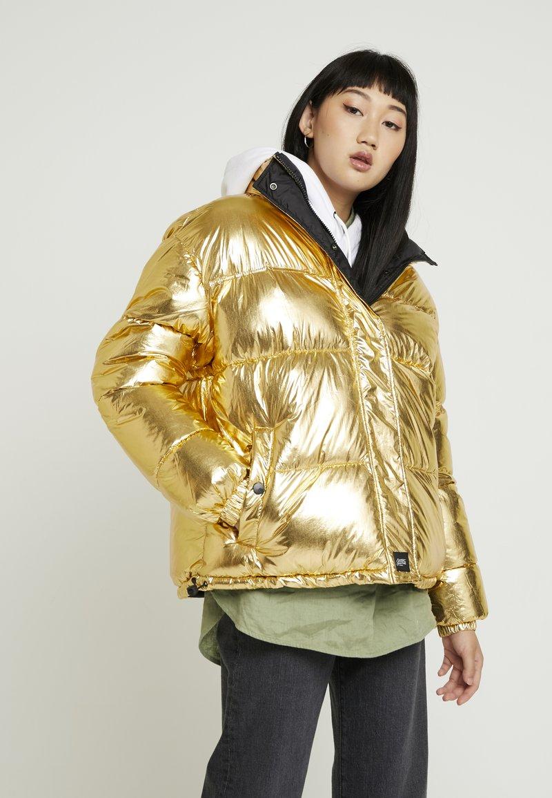 Sixth June - OVERSIZE SHINNY PUFFER JACKET - Winter jacket - gold