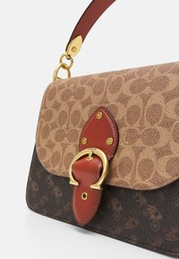 Coach - SIGNATURE CARRIAGE BEAT SHOULDER BAG - Handbag - tan/brown/rust - 6