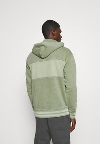 Levi's® - RELAXED FIT NOVELTY HOOD UNISEX - Felpa con cappuccio - light green - 2